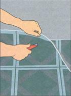 Предварительная обрезка линолеума вдоль стен