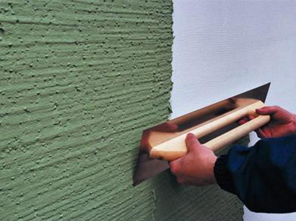 Нанесение декоративной штукатурки на стены