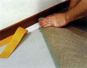 Укладка ковролина возле стены на клейкую ленту