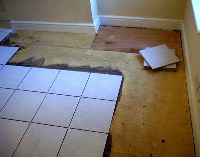 Укладка керамической плитки на пол в кухне