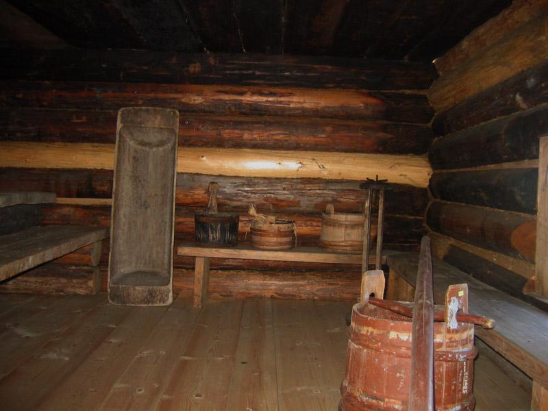 В бане по черному стены и потолок покрыты сажей