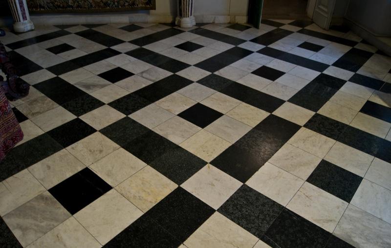 Рисунок на полу из керамической плитки