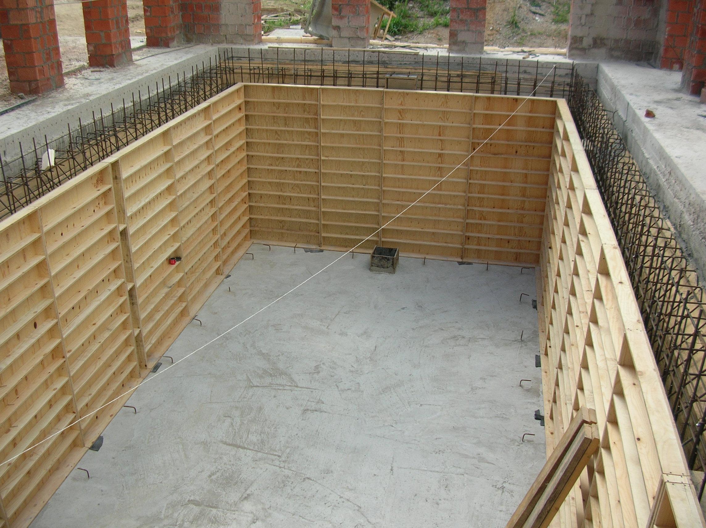 Подготовка опалубки для бетонирования чаши бассейна