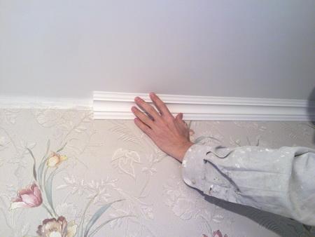 Стык стены и потолка звукоизолирован и приклеен багет