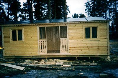 Дачная бытовка в роли сторожевого домика в лесу