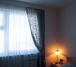 Карниз в спальне упрятан за гипсокартонную нишу