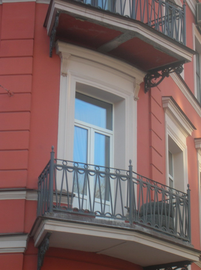 Пластиковое окно хорошо подходит для старых домов
