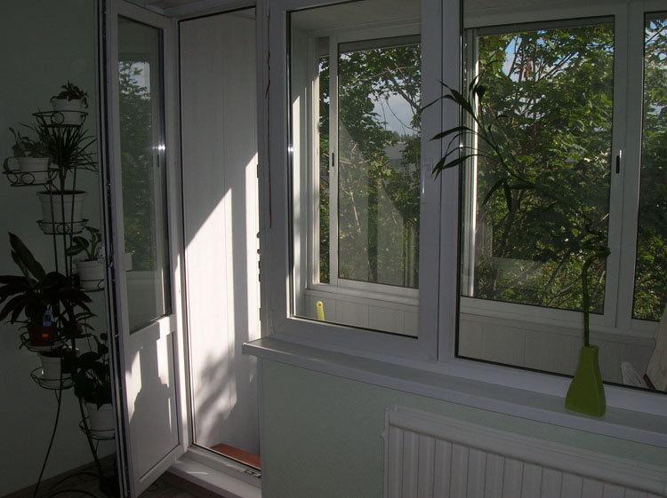 Пластиковое окно изнутри дома