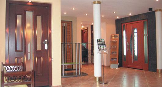 Входные двери со стеклянными вкладками