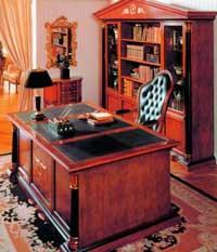 Главная фигура в кабинете письменный стол