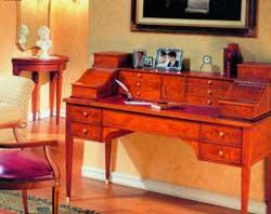 Для хозяйки дома кабинетом может стать изящное бюро в углу спальни или будуара