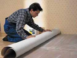 При работе с напольными покрытиями можно использовать универсальные клеи
