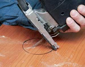 Иногда можно обойтись без засверливания: упираем инструмент краем подошвы так, чтобы будущий запил не пересекал линий разметки, и включаем лобзик
