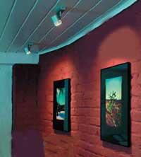 С помощью специальных точечных светильников можно сделать световой акцент на картинах или фотографиях, расположенных на стенах