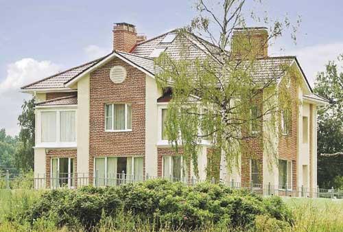 Поризованный кирпич не только сохраняет тепло в доме, но и является долговечным и прочным строительным материалом